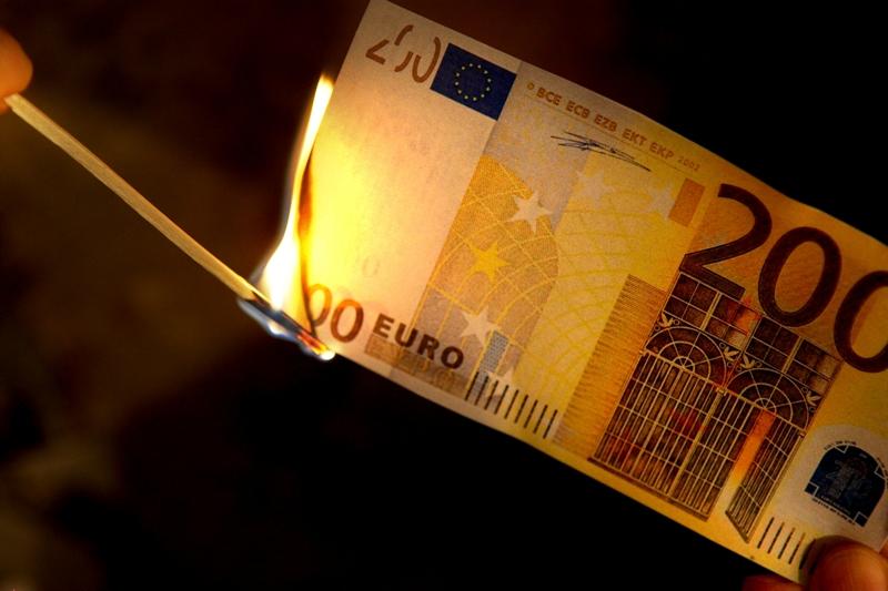 dpa41913683-euro-note_anzuenden_feuer