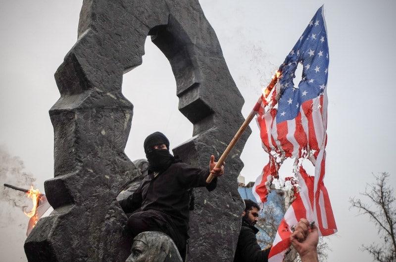 dpa128150395_iraner_verbrennt_us_flagge_brennt_usa_fahne
