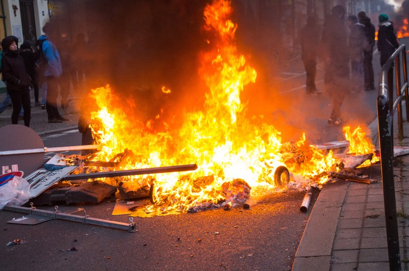 dpa64437302_brennende_barrickade_leipzig_linksextremismus