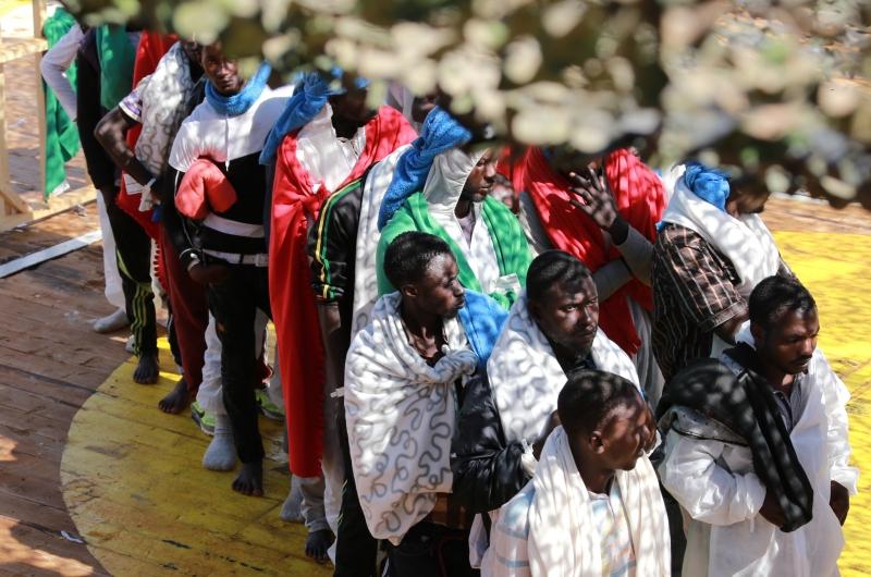 kopp_report_afrikanische_rmutsmigranten_bootsfluechtlinge_hafen_italien