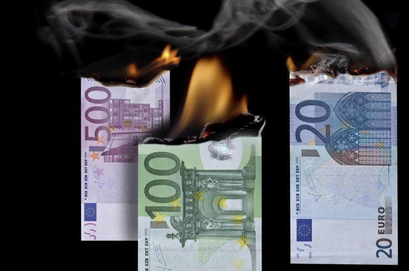 dpa110000797_hyperinflation_geldentwertung_brennendes_geld_feuer