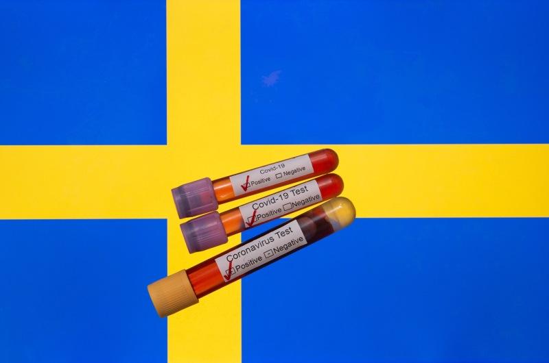 dpa131503214_schweden_fahne_corona_blut_test