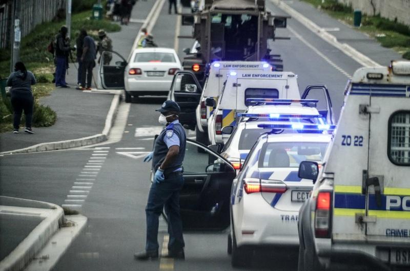 dpa131652270_unruhen_suedafrika_corona_lebensmittel_police_township