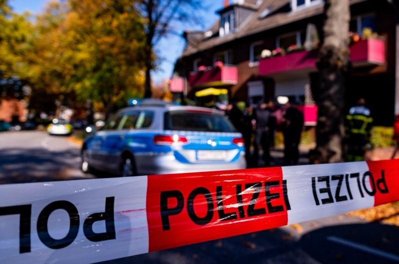 dpa110297698_polizeiabsperrung_gewalt_einsatz
