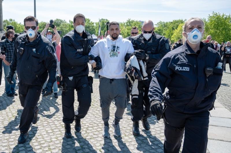 dpa132276993_attila_hildmann_polizei_festnahme_demo_corona_berlin