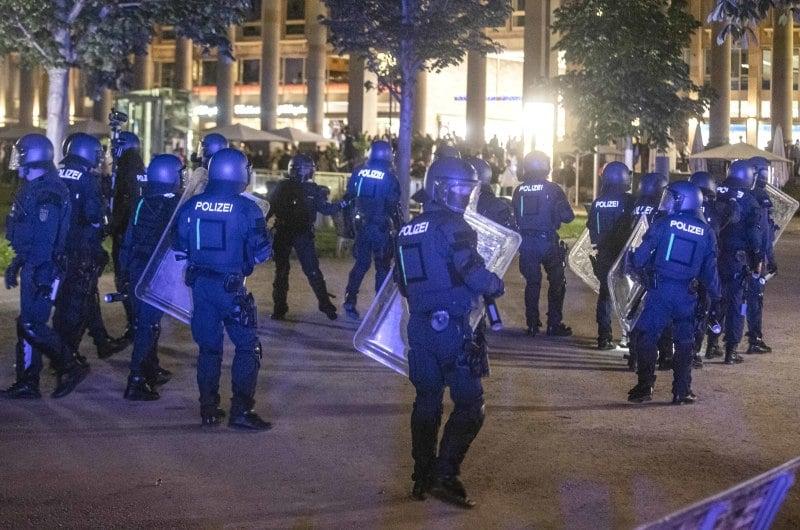 dpa219645787_gewalt_stuttgart_ausschreitungen_polizei_hundertschaft_randale