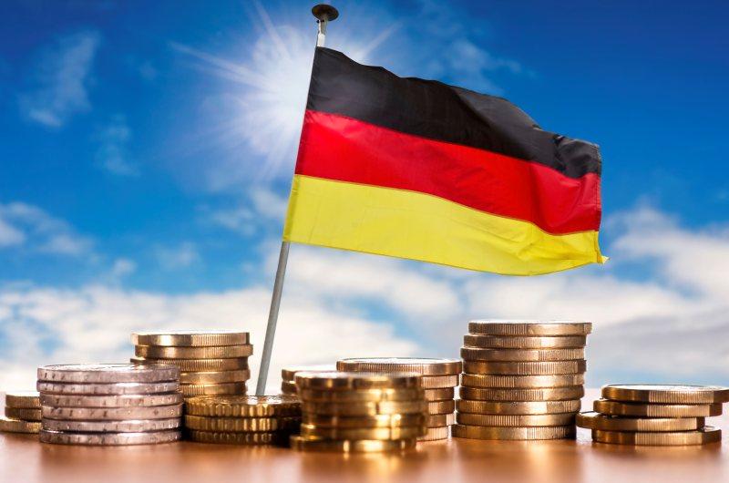 dpa126383165_vermoege_deutsche_deutschland_fahne_geld_muenzen
