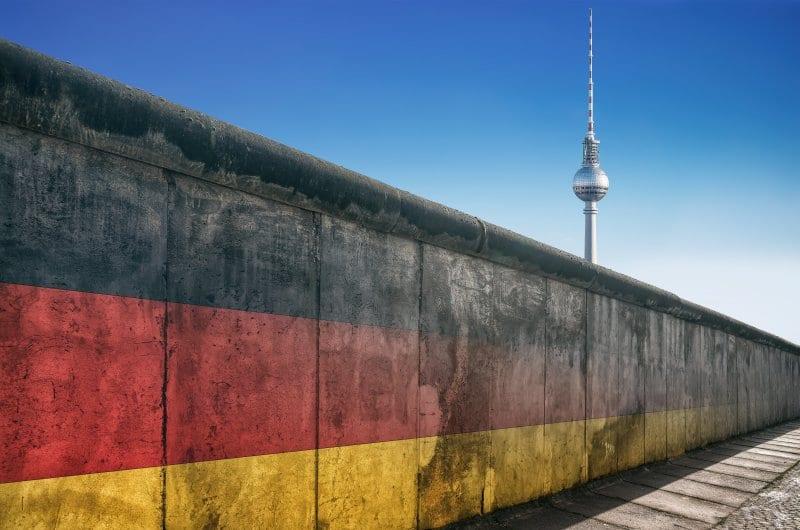 dpa218750952_beliner_mauer_diktatur_deutschland_fahne