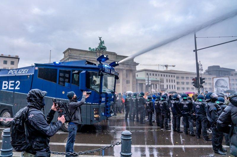 dpa224392189_querdenken_wasserwqerfer_berlin_polizei_demo