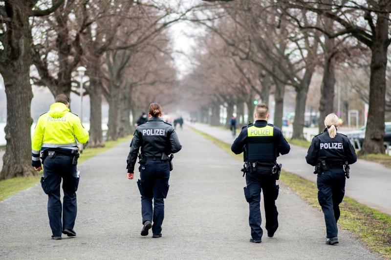 dpa233515532_polizei_kontrolle_park_maskenpflicht