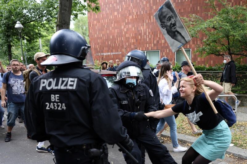 dpa250466441_querdenker_berlin_polizei_01082021